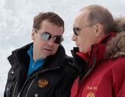 Два лыжника на склоне горы – cтанционный смотритель и дзюдоист